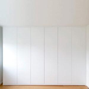 Garderobe skab i malet og indfræsetMDF